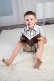 Buch des kleinen Jungen Lese lizenzfreie stockbilder