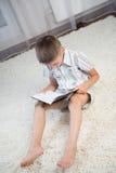 Buch des kleinen Jungen Lese Stockbild