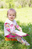 Buch des kleinen Kindes Leseim Park Lizenzfreie Stockfotos