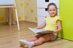 Buch des kleinen Mädchens Lese Lizenzfreie Stockfotos
