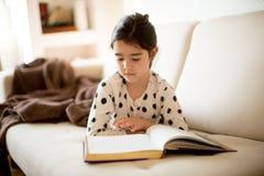 Buch des kleinen Mädchens Lese Lizenzfreie Stockbilder