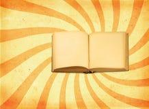 Buch gegen Retro- Hintergrund Stockbilder