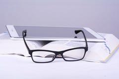 Buch, Gläser, Schale, Tablette Lizenzfreies Stockfoto