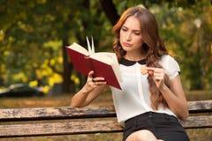 Buch im Park Lizenzfreie Stockfotos