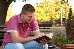 Buch im Park Stockbild