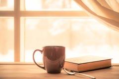 Buch-Kaffee-Fenster Lizenzfreie Stockbilder
