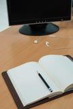 Buch, Kopfhörer und Computer auf Holztisch Stockfoto