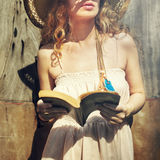 Buch-lebendes Leseleben Live Solitude Tranquil Concept Lizenzfreie Stockfotos
