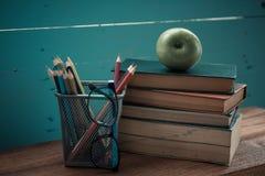 Buch mit Apfel- und Bleistiftkasten Stockbilder
