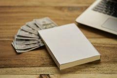 Buch mit Geld Lizenzfreies Stockbild