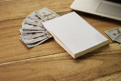 Buch mit Geld Stockfotografie