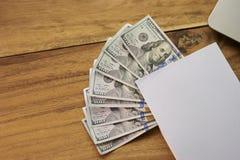 Buch mit Geld und Laptop Lizenzfreie Stockbilder