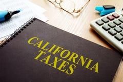 Buch mit Kalifornien-Steuern auf einem Schreibtisch lizenzfreie stockfotografie