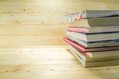 Buch mit Kiefernholzhintergrund Stockfotos