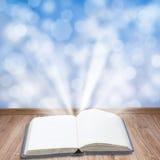 Buch mit magischem Licht Stockfoto