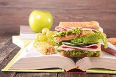Buch mit Sandwich Stockfoto