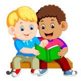 Buch mit zwei Jungen Leseauf Bank lizenzfreie abbildung