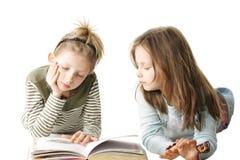 Buch mit zwei Schwestern Lese Lizenzfreies Stockfoto