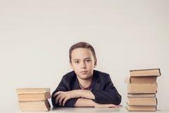 Buch, Schule, Kind Kleiner Student, der Bücher hält lustiger verrückter Junge mit Büchern Lizenzfreie Stockbilder