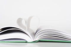 Buch - Seiten, die Herz machen Stockbild