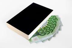 Buch und 100 Banknoten des Euro (Taschenbuch) Lizenzfreie Stockfotos