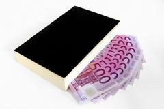Buch und 500 Banknoten des Euro (Taschenbuch) Lizenzfreies Stockfoto