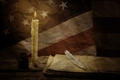 Buch und alte US-Flagge Stockfotografie