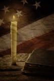 Buch und alte USA-Flagge Stockfoto