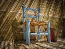 Buch und alter Stuhl lizenzfreies stockfoto