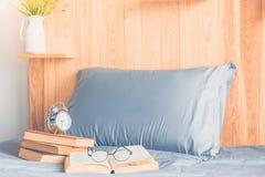 Buch und Bett Stockfotos