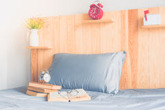 Buch und Bett Lizenzfreies Stockfoto