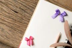 Buch und Bleistift lizenzfreies stockfoto