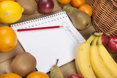 Buch und Bleistift admist Früchte Lizenzfreie Stockfotografie