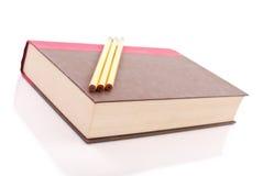 Buch und Bleistifte Lizenzfreie Stockfotografie