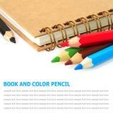 Buch und bunte Bleistifte lokalisiert auf weißem Hintergrund Lizenzfreie Stockbilder