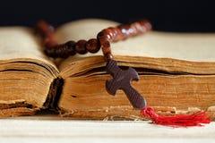 Buch und das Kreuz Lizenzfreies Stockbild