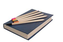 Buch und fünf Bleistifte. Lizenzfreies Stockbild