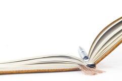 Buch und Feder Lizenzfreies Stockfoto
