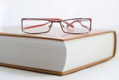 Buch und Gläser Lizenzfreie Stockfotografie