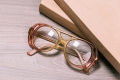 Buch und Gläser stockbild