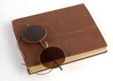 Buch und Gläser Stockfotografie