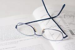 Buch und Gläser Lizenzfreie Stockfotos