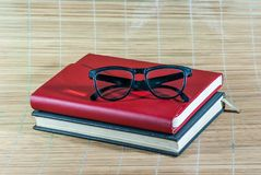 Buch und Gläser Stockfoto