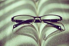 Buch und Gläser Abbildung der roten Lilie Stockfotos