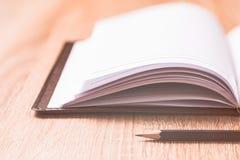 Buch und Gläser auf hölzerner Tabelle Stockfoto