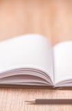 Buch und Gläser auf hölzerner Tabelle Lizenzfreie Stockfotos