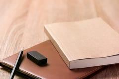 Buch und Gläser auf hölzerner Tabelle Lizenzfreies Stockfoto