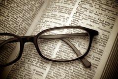 Buch und Gläser. Weinleseart Lizenzfreies Stockfoto