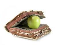 Buch und grüner Apfel Stockfoto