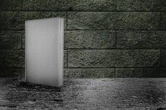Buch und grunge Wand Stockfotos